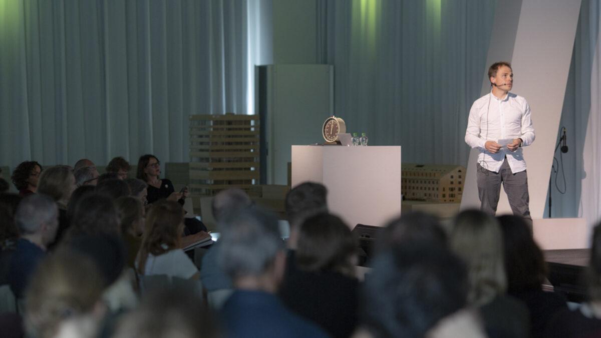 speaker in front of audience at HELGA 2019